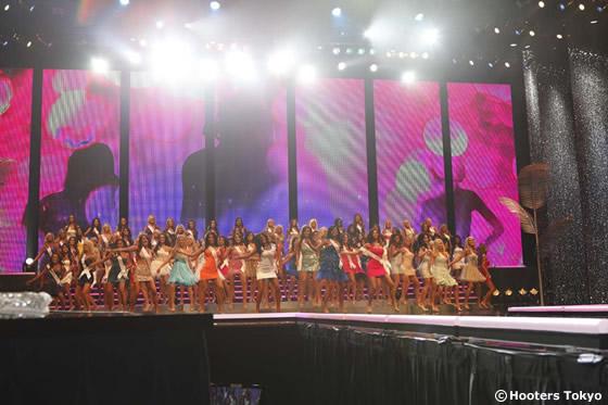 オープニングでは、総勢100名の出場者がお揃いのダンスを披露